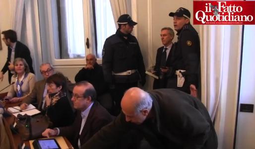 Sala… troppo piccola, tentano di espellere i giornalisti