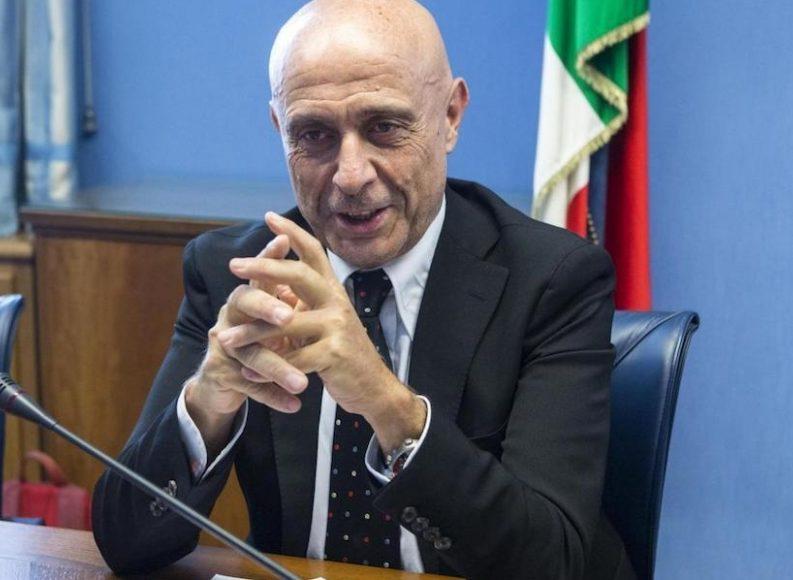 """Il ministro Minniti: """"Ecco perché è giusto dire i nomi degli agenti che hanno fermato Amri"""""""