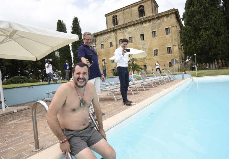 """Salvini: """"Cancelleremo la mafia"""". Ruspe, selfie, molte parole, ma pochi fatti"""